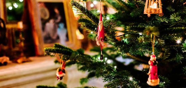 Ukrašavanje božićnog drvca s najmlađima