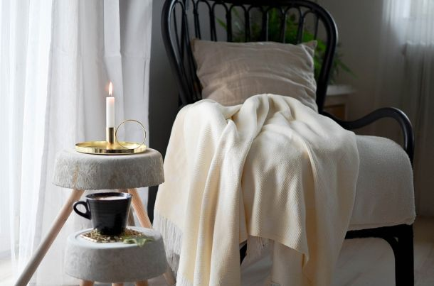 fotelja odmor čaj kava svijeća interijer pletenje