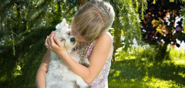 Dijete koje ima psa dovodi do posebnog odnosa u obitelji
