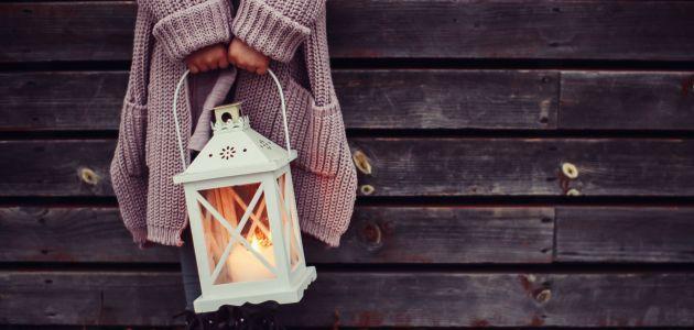 Igranje s ručnim svjetiljkama u mraku
