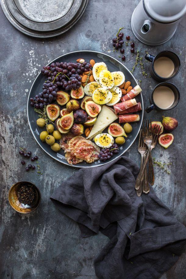 pršut smokve grožđe hrana jaja