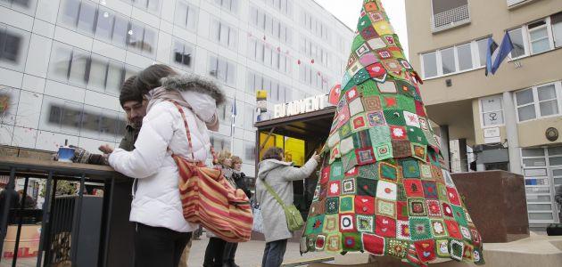 """Otkriveno veliko vuneno božićno drvce ljubavi i zajedništva kao simbol kampanje """"Upletimo se"""""""