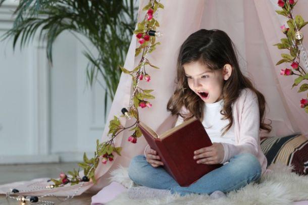 djeca djevojcica citanje ukrasi za bozic