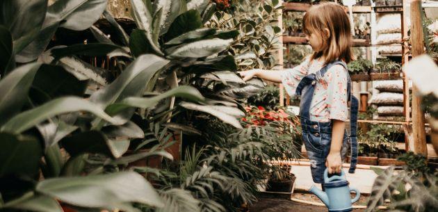 djevojcica sadi biljke