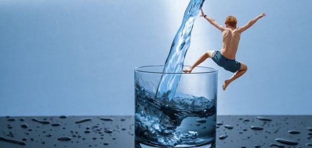 djeca voda čaša