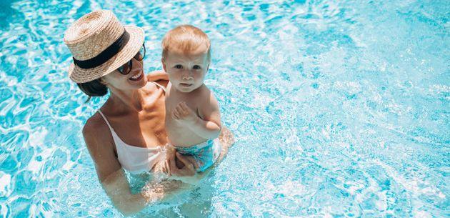 dijete i plivanje mama i dijete u vodi more