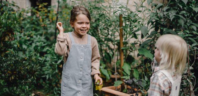 djevojcice se igraju u vrtu pexels-allan-mas