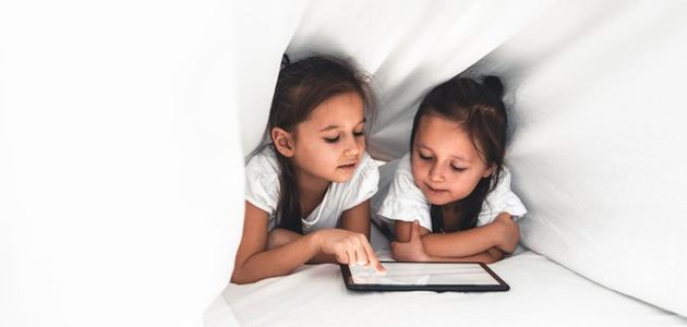 dijete na tablet mobitel kompjuter