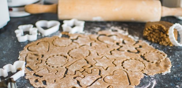 Eko ukrasi od suhih keksa na božićnom boru
