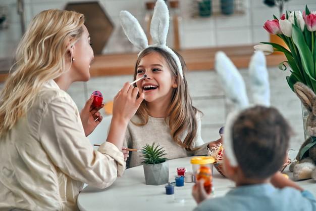 djeca rade uskrsne dekoracije i pisanice