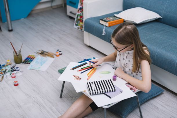 djevojcica crta dijete