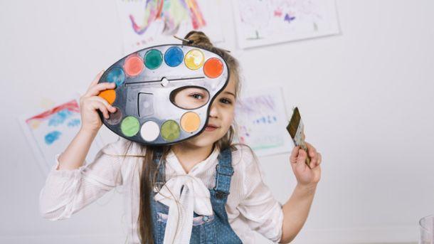 djevojcica i boje za slikanje