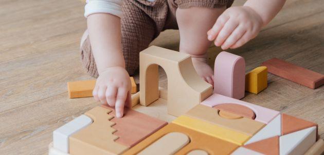 dijete se igra kocke pexels-tatiana-syrikova