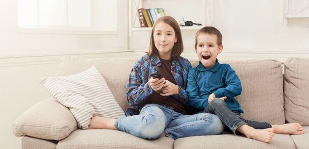 djeca gledaju crtani animirani film